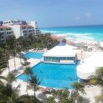 Se observan las piscinas, el bar, el restaurante y por supuesto la playa y el mar