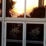Reflejo de la puesta del sol en la vidriera del Hotel.