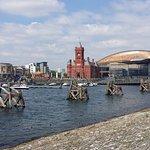 La bahía de Cardiff con el Pierhead y el teatro de fondo