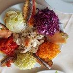Ensalada con torradas de salmon y anchoa