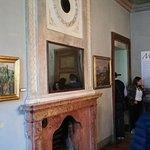 Il grande caminetto in una delle sale della villa Manzoni