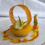 Ananas poché aux épices, sablé thym-citron et crème mascarpone à l'estragon