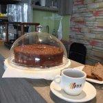 老闆自製手工香蕉核桃蛋糕,新鮮美味的戚風棒蛋糕。👍!