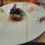 Tartare de thon avec fruits en décoration(pamplemousse et orange)