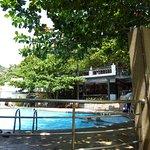 Essbereich und Pool, gerade am Strand
