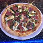 """L'une des pizza Fraicheur du moment choisi parmis """" les stars international """" a 13 Euros."""