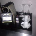 Cafetera Nespresso en habitación.