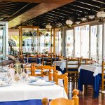 Salón principal mirando a la entrada del restaurante, detalles en madera con toques marinos.