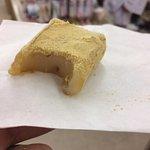 Probé Kurumi-mochi: consistencia gelatinosa...ligero sabor a nueces.
