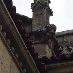 Basílica  Sta María . Gárgolas  y pila  bautismal