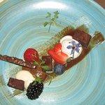Chocolade dessert met o.a. mousse, chocoladefond en vers fruit