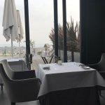 Tisch mit Ausblick auf die Weinlage Johannisberg im Restaurant Schwarzenstein
