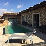 Die Fotos zeigen sowohl den gemeinsamen Pool sls auch Ansichten der Suite inkl Terrasse und Priv