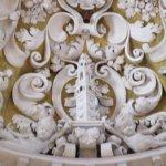 Giralda en el arco central sobre el retablo del altar mayor.