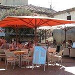 La terrasse du Mas des Orangers ensoleillée au coeur du village