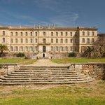 Majestueuse façade occidentale du Château de Cassan, ouvrant sur ses jardins