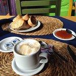 Café con leche con tostadas, manteca y dulce