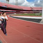 Crianças correndo na pista de atletismo
