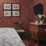 Room 17 - Antoinette Petite Queen