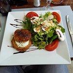 Salade verte et feuilleté au chêvre