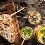 Nasze hummusy i pasty w towarzystwie chlebka orkiszowego i naparu imbirowego.
