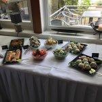 Buffet mit Salaten, Terrinen von Gemüse und Lachs-Timbalen auf Gurken.Linsen Gelee und Meerettic