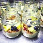 Crema di mascarpone con mirtilli e granola di cereali