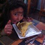 """Disfrutando una """"pequeña"""" empanada de queso"""