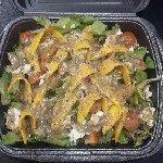 Ciekawa sałatka z mozzarella i mango połączenie smaków rewelacyjne ;) jakośc rewlacyjana ceny su