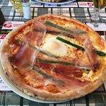 pizza asparagi, crudo e uovo