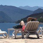 descansando frente al lago