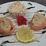 Mousseline de merlu aux oeufs de truite fumée en habit rose et des petites rillettes de saumon
