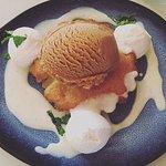 QUATRE QUART AUX POIRES, crème anglaise et boule de glace caramel beurre salé