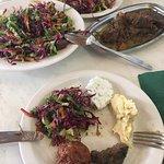 Mezelerin tadı harika.Kırmızı eti çok lezzetli.İlgi alakadan,Türkçe menüden ,yemeklerden açıkças
