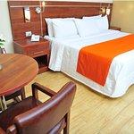 Habitación King para dos personas. Una cama king size, smart tv, wifi, frigobar.