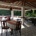 terraza compartida tv, mesa de pool y te sirven los desayunos