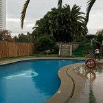 Una foto de la famosa piscina donde se connotan las reinas de Viña del Mar