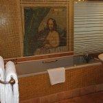 vaste salle de bains avec 2 lavabos et baignoire vaste, et en enfilade les WC séparés.