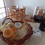 Queijo Flor do Vale e vinho da Quinta dos Capuchos