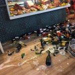 Cave à vins écroulée en direct, à l'image du déplorable service en terrasse (il y avait 3 tables
