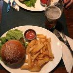 Buenísima la cena en Manush. Una hamburguesa clásica y una súper veggie, sumada a dos happy hour