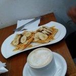 "Waffles ""monito goloso"" (con dulce de leche y bananas)"