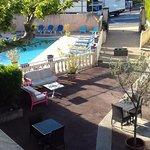 Vue du balcon de la chambre sur la cour et la piscine.