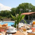 petit déjeuner au soleil en terrasse