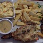 Filé de lagosta sem gosto, saladinha gostosinha, molho de alho sem graça, bata cozida em óleo