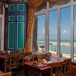 Salle de petits déjeuners/buffet avec vue sur le port et la mer.