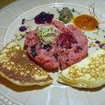 tartare di manzo con salse e pancake