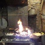 La cheminée où les viandes et poissons sont cuits