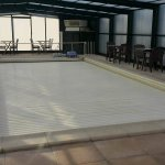 La piscine couverte par la bâche de protection, mais ouverte de 16h à 20h