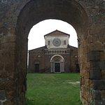 arco rappresentante quella che una volta era l'antica porta della chiesa
